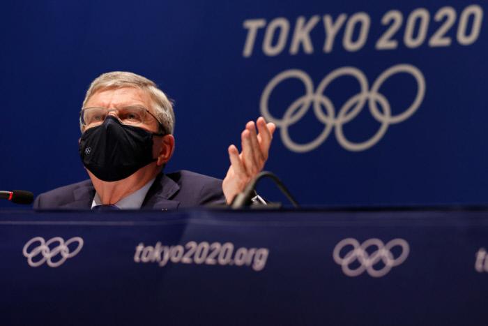 토마스 바흐 IOC 위원장이 지난 17일 열린 IOC 집행위원회에서 검은 마스크를 쓰고 회의를 진행하고 있다. ㅣ게티이미지